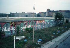 """a2077 Waldemarstraße, 1988. Wo damals der Mauerstreifen, befindet sich heute das Engelbecken. Zur Orientierung: Die Bäume links stehen am Michaelkirchplatz; das helle Haus rechts mit dem spitzen Dach müsste am Leuschnerdamm stehen, mit dem Aufdruck """"Engelbecken Höfe""""."""