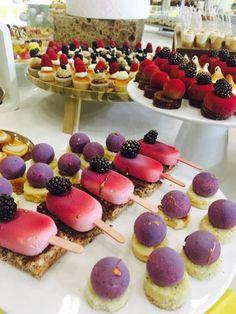 Sweet Table Mix Eis am Stil und Brombeere von Suesse Boutique Oesterreich Boutique, Cake, Desserts, Food, Blackberries, Wedding Pie Table, Celebration, Pies, Food Food