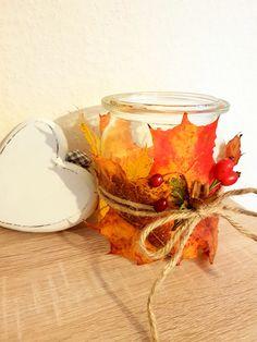 DIY - Herbstdeko: Herbst-Windlicht Einmachglas/Weckglas mit buten Herbstlaub (Ahornblätter) und Hagebutten umwickeln.  Laub (wenn es noch frisch ist) um das Glas legen und mit Schleife oder Kordel fixieren. So trocknet das Blatt in Form des Glases und kann nach dem Herbst einfach weg geschmissen werden.