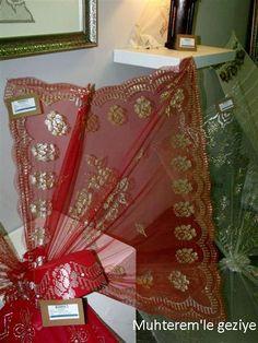 """2012 İsmek Feshane sergisine """"Tel Kırma"""" branşına ait resimlerle devam ediyoruz.  Resim sayısı çok olduğu için, resimleri 3 bölüm halinde ... Hand Embroidery, Gift Wrapping, Diy Crafts, Gifts, Tulle, Needlepoint, Gift Wrapping Paper, Presents, Wrapping Gifts"""