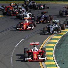 La #Ferrari di #Vettel al comando dopo la partenza #Melbourne