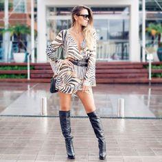 Look do dia com vestido casual animal print e botas over the knee