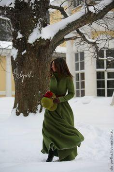 Пальто `Нереальная весна`. Приталенное пальто зелёного цвета (ремейк пальто 'Сказки города'). От талии  силуэт полусолнце. Стойка воротник. Уютное и удобное. Сшито из валяного лодена. Без подкладки.
