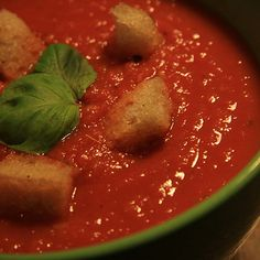 Tomato Soup Recipes - A simple, homemade soup made with fresh tomatoes is a perfect summertime treat when the best tomatoes are ripe in gardens and farmers' markets. Crock Pot Recipes, Sopa Crock Pot, Vegetable Soup Crock Pot, Tomato Vegetable, Veggie Soup, Spinach Soup, Spicy Tomato Soup Recipe, Fresh Tomato Soup, Roasted Tomato Soup