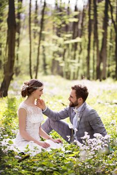 A picnic for two - spring-like wedding photos - Fotoideen - Picknick Wedding Photography Poses, Wedding Poses, Wedding Photoshoot, Wedding Shoot, Wedding Couples, Couple Photography, Wedding Ceremony, Dream Wedding, Spring Wedding