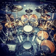 Tommy Aldridge drum kit How to stand this drummer 's snare stand is wrong. So when you hit, the snare drum shakes and the sound does not stabilize. Girl Drummer, Mundo Musical, Pearl Drums, Drum Music, Music Guitar, Drums Art, Drums Beats, How To Play Drums, Custom Guitars