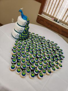 Peacock cake and cupcakes tail - source of photo unknown Pretty Cakes, Cute Cakes, Beautiful Cakes, Amazing Cakes, Crazy Cakes, Fancy Cakes, Cake Decorating Techniques, Cake Decorating Tips, Cookie Decorating