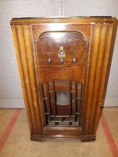 SILVERTONE MODEL 1853 WOOD CABINET RADIO
