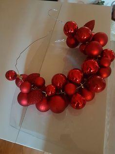 Krans gjord med julgranskulor och galge