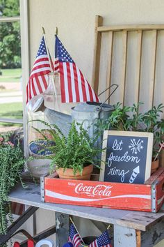 20 The best deco ideas for the veranda on July to spread the patriotic splendor on your porch - Hike n Dip Fourth Of July Decor, 4th Of July Decorations, 4th Of July Party, July 4th, Summer Porch Decor, Seasonal Decor, Holiday Decor, Holiday Themes, Holiday Style