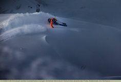 Junger Skifahrer fährt duch Tiefschnee abseits der Piste, Andermatt, Uri, Schweiz
