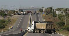 Habitantes de Tierra Caliente incendiaron tres vehículos y bloquearon la carretera Cuatro Caminos-Apatzingán por quinto día consecutivo para exigir la salida del grupo de autodefensa que tomó la cabecera municipal de Parácuaro el pasado 4 de enero.