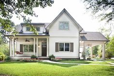 A beautiful home exterior can make or break curb appeal. We asked our professionals their top 14 curb appeal tips and some are so simple we had to share! Porte Cochere, Cottage Living, Cottage Style, Exterior House Colors, Exterior Paint, Exterior Design, House Front, Front Porch, House Porch