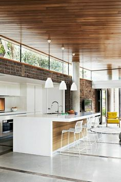 this open-plan kitchen / living area has spun traditional interior design . this open kitchen / living area has a traditional interior design with a wooden roof and glossy white floor upside down. Style At Home, Sweet Home, Open Plan Kitchen, Kitchen White, Kitchen Wood, Kitchen Ideas, Kitchen Layout, Loft Kitchen, Kitchen Modern
