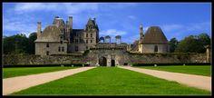 CHATEAU DE KERJEAN 29440 ST-VOUGAY  La construction d'une résidence-forteresse au 16e siècle  C'est dans un contexte de prospérité économique pour la Bretagne et le Léon que la famille Barbier fait construire sa demeure à la fin du 16e siècle. Sur ses terres, à la place de l'ancien manoir médiéval, s'édifie un château surpassant tout ce que la région connaît en matière de demeures nobles. Lieu d'agrément, Kerjean suit la mode de son siècle et les règles de l'architecture de la Renaissance.