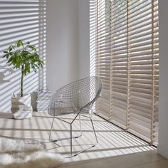 2019 Window Treatment Trends Considering windows form a central part of your home and office design and can frame your view outside or enhance your Types Of Curtains, Curtains With Blinds, Curtain Types, Stores Porte Patio, My Living Room, Living Spaces, Store Venitien, Interior Windows, Interior Inspiration
