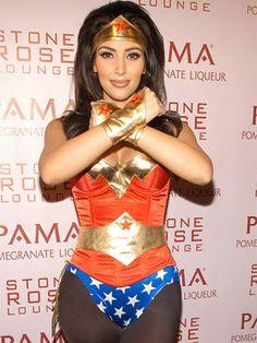 MUJER MARAVILLA.- Hasta Kim Kardashian, la socialité más famosa del mundo, cundió ante los encantos de este mítico personaje. Un top ajustado, un minishort y accesorios dorados, ¿así o más sexy?