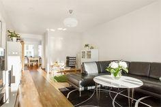 Vardagsrum. Skagafjordsgatan 10, 3 tr, Kista gård, Stockholm - Fastighetsförmedlingen för dig som ska byta bostad #nytthem #lägenhet #boende #kista
