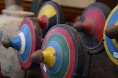 Toupies anciennes de Lombok Lombok, Decoration, Plates, Unique Home Decor, Objects, Woodwind Instrument, Decor, Licence Plates, Dishes