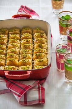 Zoete baklava Macarons, Donuts, Turkish Recipes, Ethnic Recipes, Fudge, Cupcakes, Middle Eastern Recipes, Piece Of Cakes, Vegan