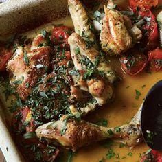 Mørt og saftig kylling i hvidvin, der bare smager af mere. Duften af det franske landkøkken breder sig hurtigt i køkkenet, når du tager låget af din stegeso. Efter kun en times tid i oven har du det saftigste og møreste kyllingekød. En rigtig lækker ret, perfekt til en mørk dansk efterårs aften. Velbekomme.