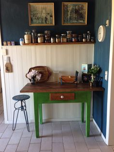 My kitchen. Table painted with Antibes Green and Dark was The Wall - Aubusson Blue - Annie Sloan Chalk Paint TM Green Kitchen, New Kitchen, Painted Chairs, Painted Furniture, Antibes Green, Kitchen Themes, Annie Sloan Chalk Paint, Lounges, Interiors