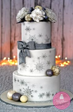 Winter Snowflake Wedding Cake Keywords: #weddingcakes #winterthemedweddingcake #jevelweddingplanning Follow Us: www.jevelweddingplanning.com www.facebook.com/jevelweddingplanning/