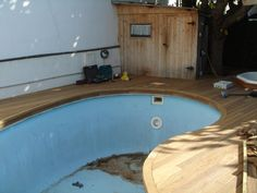 Obra de Park House Studio, instalando tarima de exteriores en piscina de vivienda particular (Vilassar de Mar) #parkhouse #tarima #exteriores #home #decor #wood #madera #piscina