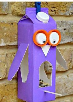 Create bird feeders for the courtyard. Easy Owl Bird Feeder made from a Milk Carton or Juice Carton. A great bird feeder craft for kids. Crafting with Milk Carton Ideas kids. Crafts To Do, Arts And Crafts, Easy Crafts, Decor Crafts, Simple Kids Crafts, Plate Crafts, Milk Carton Crafts, Milk Cartons, Bird Feeder Craft