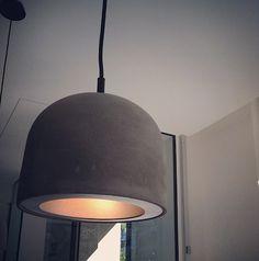 Warm vanbinnen, maar stoer vanbuiten. Dat is deze hanglamp, gemaakt van beton met zwart metalen bovenkant en stoffen snoer. Heel speciaal (en perfect voor strakke interieurs)!