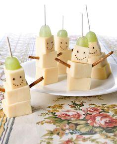 Leuk om te maken en lekker om te eten! Deze kaaskoppies zijn ook nog eens gezellig om uit te delen Dit heb je nodig: blok kaas zoute pepsels druiven satéprikker stift van eetbare kleurstof Zo maak je het: Snijd de…
