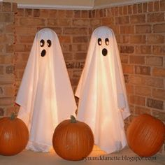 50 Cheap and Easy Outdoor Halloween Decor DIY Ideas - Prudent Penny Pincher Halloween Zombie, Happy Halloween, Bonbon Halloween, Fete Halloween, Diy Halloween Decorations, Halloween Crafts, Halloween Ideas, Halloween Halloween, Halloween Pumpkins