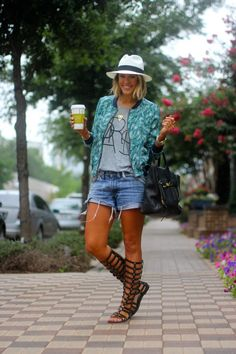 Courtney Kerr of What Courtney Wore featuring Madewell shorts and tee and J.Crew hat