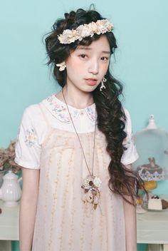 headdress + oversize side braid = love