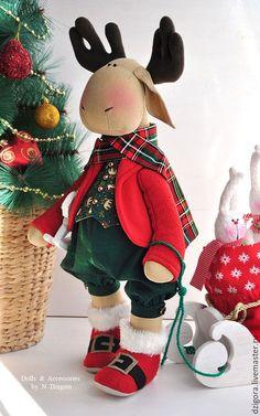 Купить или заказать Новогодний лось Эдвард и длинноухая команда в интернет-магазине на Ярмарке Мастеров. Добродушный, смешной, по - праздничному нарядный лось Эдвард и длинноухая команда. Созданы на заказ с душой и любовью, чтобы стать новогодним праздничным подарком. Рост лося - около 60 см, сшит из льна, наполнен холлофайбером, одежда - из хлопка, шерсти и флиса в традиционных новогодних красно - зелёных оттенках. Зайки высотой 20 см, сшиты из шерсти - букле, хлопковые шарфики украшены…