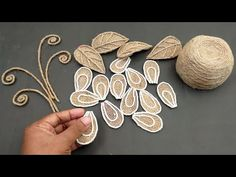 DIY burlap home decor flower with vase String Crafts, Burlap Crafts, Jute Flowers, Fabric Flowers, Apothecary Jars Decor, Craft From Waste Material, Rubber Band Crafts, Painting Burlap, Burlap Projects