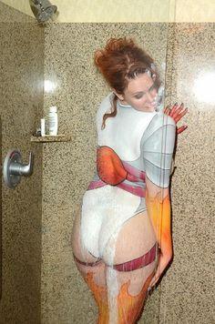 Nakonec výzdobu svého těla spláchla ve sprše.