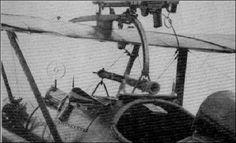 Este SE.5, armado com uma Lewis em montagem Foster-Cooper sobre a asa e uma Vickers semi-imbutida no capô do motor, tinha uma mira telescópica Aldis e outra mira de massa.