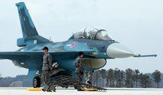 展示飛行を終え、格納庫に戻るF2戦闘機=20日午前、航空自衛隊松島基地(鈴木健児撮影)                                                                                                                                                                                 もっと見る