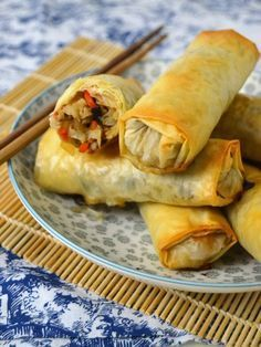 de primavera caseros al hornoRollitos de primavera caseros al horno Vegetarian Recipes, Cooking Recipes, Healthy Recipes, Comida Diy, China Food, Good Food, Yummy Food, Empanadas, I Foods
