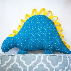 Kissen Dino zum Kuscheln und Spielen - DIE BUNTIQUE Dinosaur Stuffed Animal, Right Guy, Gifts For Children, Playing Games, Cuddling, Threading, Pillows, Handarbeit