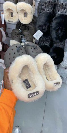 Source by de mujer juvenil Crocs Shoes, Shoes Sandals, Shoes Sneakers, Sneaker Heels, Crocs Crocband, Crocs Fashion, Sneakers Fashion, Girl Fashion, Fluffy Shoes