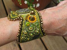 Cordón bordado amonita Cuff Bracelet verde por BeadsByTamara