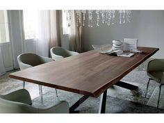 Tavolo Spyder Wood Cattelan con basamento in acciaio verniciato grafite e piano di appoggio in legno di Noce Canaletto con bordi irregolari in massello naturale disponibile in due dimensioni.
