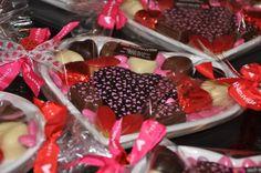 Assiette cœur avec bouchée chocolatée caramel beurre salé, calissons et chocolats assortis