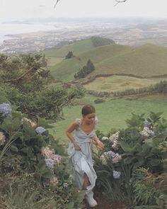 Mountain hills flowers aesthetic photo shoot model travel around the world Nature Aesthetic, Summer Aesthetic, Travel Aesthetic, Aesthetic Vintage, Aesthetic Girl, Aesthetic Beauty, Flower Aesthetic, Aesthetic Photo, Aesthetic Fashion