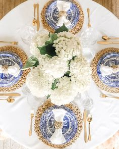 Blue Table Settings, Beautiful Table Settings, Place Settings, Everyday Table Settings, Dining Table Decor Everyday, Brunch Table Setting, Blue And White Vase, White Vases, White Art