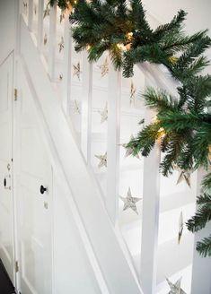Decoración navideña en escaleras