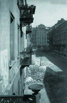 Zniszczona w trakcie obrony Warszawy w 1939 roku ul. Śliska. W tle widzimy kamienice przy ul. Wielkiej - nieistniejącej jednej z głównych ulic Śródmieścia. Na jej miejscu obecnie znajduje się pl. Defilad razem z Pałacem Kultury i Nauki. Dawna Warszawa