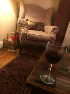 Lizzie Monkhouse: @DowntonAbbey @jodiebabybell I have red wine and Downton #perfectsunday